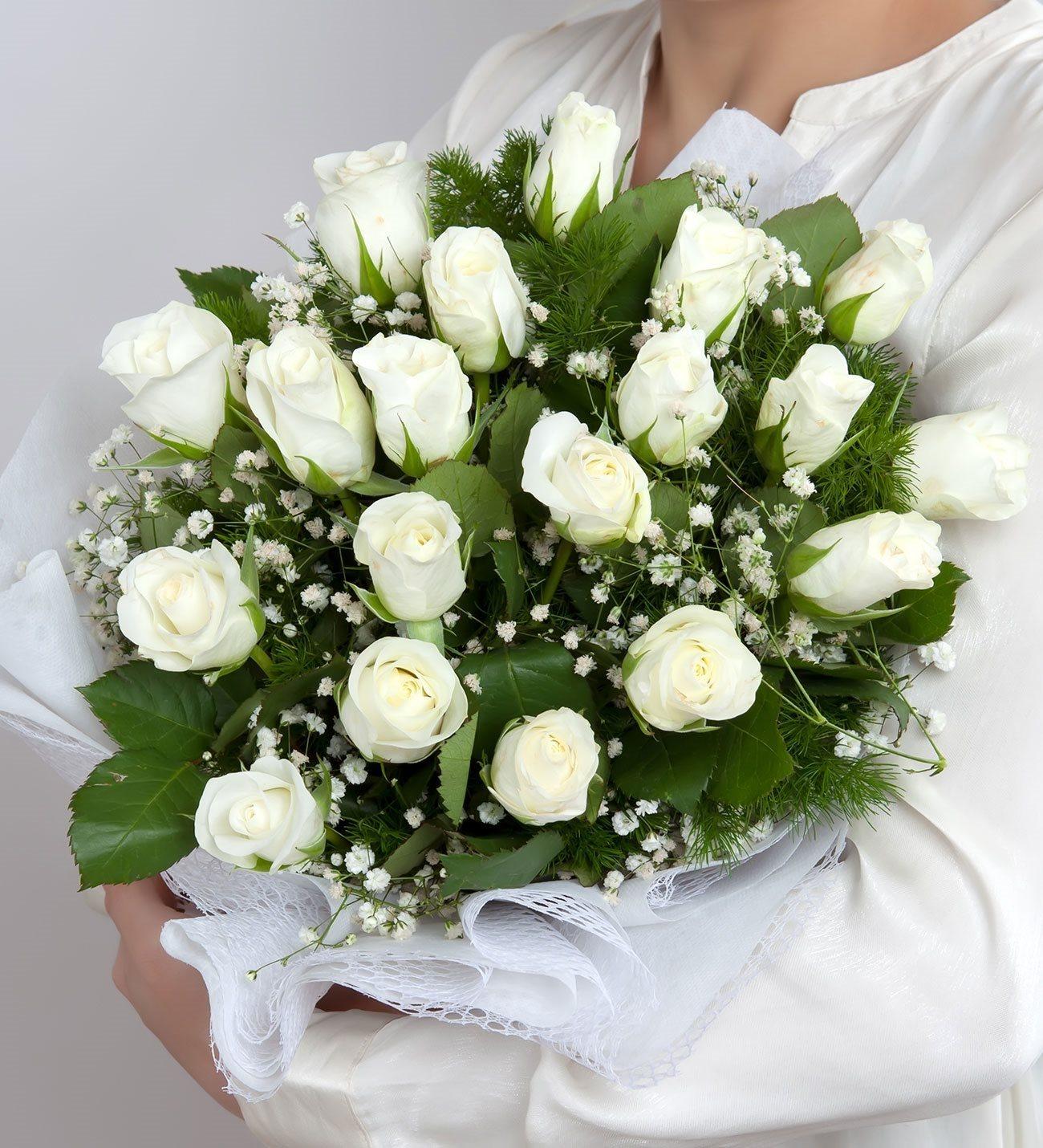 19 Rosas Frescas Blancas Envueltas En Genero
